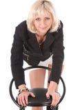 Blonde Aufstellung im Studio mit Stuhl Stockfotos