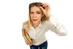 Blonde Aufstellung mit Büchern im Studio Stockfotos