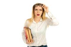 Blonde Aufstellung mit Büchern im Studio Lizenzfreies Stockfoto