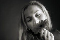 Blonde Aufstellung mit einer Blume Lizenzfreie Stockfotografie