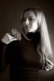 Blonde Aufstellung mit einer Blume Stockbild