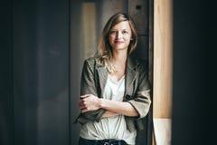 Blonde authentische Geschäftsfrau mit dem gekreuzten Armlächeln Stockbild