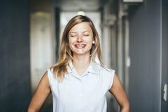 Blonde authentische Geschäftsfrau mit geschlossenen Augen Lizenzfreie Stockfotos