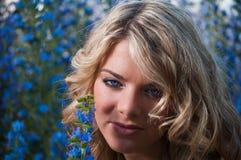Blonde aux yeux bleus photo libre de droits