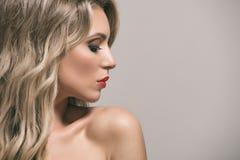 Blonde avec de longs et volumineux cheveux onduleux brillants photos libres de droits