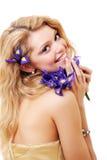 Blonde avec des fleurs d'iris Photos libres de droits