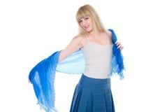 Blonde avec du charme avec une écharpe bleue ouverte Photo stock