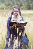 Blonde avec un livre Photos libres de droits
