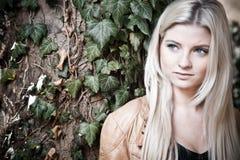 Blonde avec un regard rêveur images libres de droits