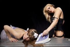 Blonde bügelnde redhaired Frau Stockfotografie