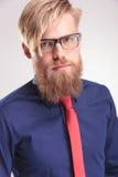 Blonde baardmens die een blauw overhemd en een rode band dragen Royalty-vrije Stock Foto