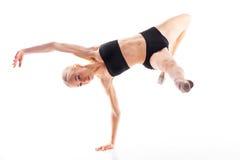Blonde Ballerina, die auf weißem Hintergrund aufwirft Lizenzfreie Stockfotografie