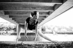 Blonde Ballerina, die unter einer Brücke steht Stockbilder