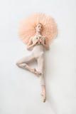 Blonde Ballerina liegt im Studio Stockfotografie