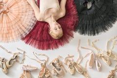 Blonde Ballerina liegt im Studio Lizenzfreies Stockfoto