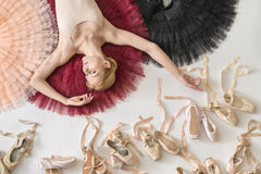 Blonde Ballerina liegt im Studio Stockfoto