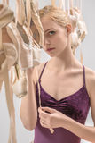 Blonde Ballerina mit pointe Schuhen Lizenzfreie Stockbilder
