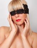 Blonde bandée les yeux Image libre de droits