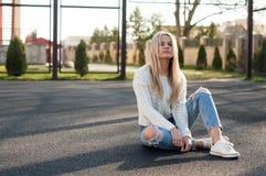 Blonde bastante de moda de los jóvenes Fotografía de archivo