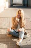 Blonde bastante de moda de los jóvenes Imagenes de archivo