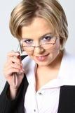 Blonde bedrijfsvrouw met glazen stock afbeelding