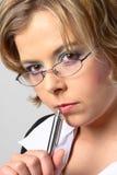 Blonde bedrijfsvrouw met glazenclose-up stock afbeelding