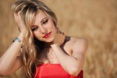 Blonde behaarte Frau auf dem Gebiet Stockbild