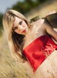 Blonde behaarte Frau auf dem Gebiet Lizenzfreies Stockfoto