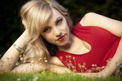 Blonde behaarte Frau auf Gras Lizenzfreies Stockbild
