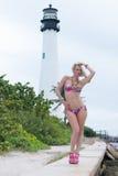 Blonde behaarte Frau in einem Druckbadeanzug Stockbilder