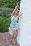 Blonde behaarte Frau in einem Druckkleid Lizenzfreies Stockfoto
