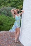 Blonde behaarte Frau in einem Druckkleid Lizenzfreie Stockfotos