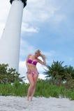 Blonde behaarte Frau an einem Florida-Strand Stockfotografie