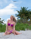 Blonde behaarte Frau an einem Florida-Strand Stockfotos