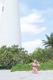 Blonde behaarte Frau an einem Florida-Strand Stockbilder