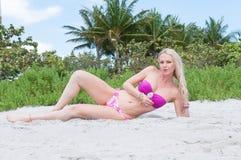 Blonde behaarte Frau an einem Florida-Strand Stockfoto
