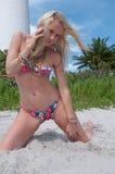 Blonde behaarte Frau an einem Florida-Strand Stockbild