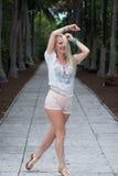 Blonde behaarte Frau kurz gesagt und Hemd Lizenzfreie Stockbilder