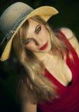 Blonde behaarte Frau mit Hut Stockfoto