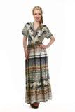 Blonde behaarte Geschäftsfrau im langen Kleid des Sommerdruckes Stockbild