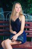 Blonde behaarte moderne stilvolle junge Frau mit Lizenzfreies Stockbild