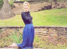 Blonde betende und anbetende Dame Stockbilder
