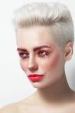 Blonde bezaubernde Frau des jungen schönen Platins mit roter Wimperntusche Lizenzfreie Stockfotografie