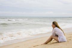 Blonde bij kustlijn Stock Fotografie