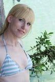 Blonde bij waterkant Stock Fotografie