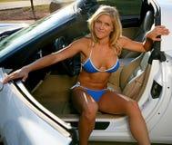 Blonde bikini Babe met Korvet Stock Foto