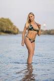 Blonde Bikinifrau in einem Fluss Lizenzfreie Stockfotografie