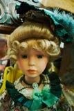 Blonde blauäugige Puppe mit grünem Kleid Lizenzfreie Stockfotografie