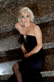 Blonde blauwe eyed, glamourmodel met zwarte avondjurk Royalty-vrije Stock Afbeelding
