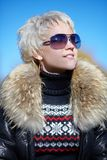 Blonde Blicke weg von der Kamera Lizenzfreies Stockfoto